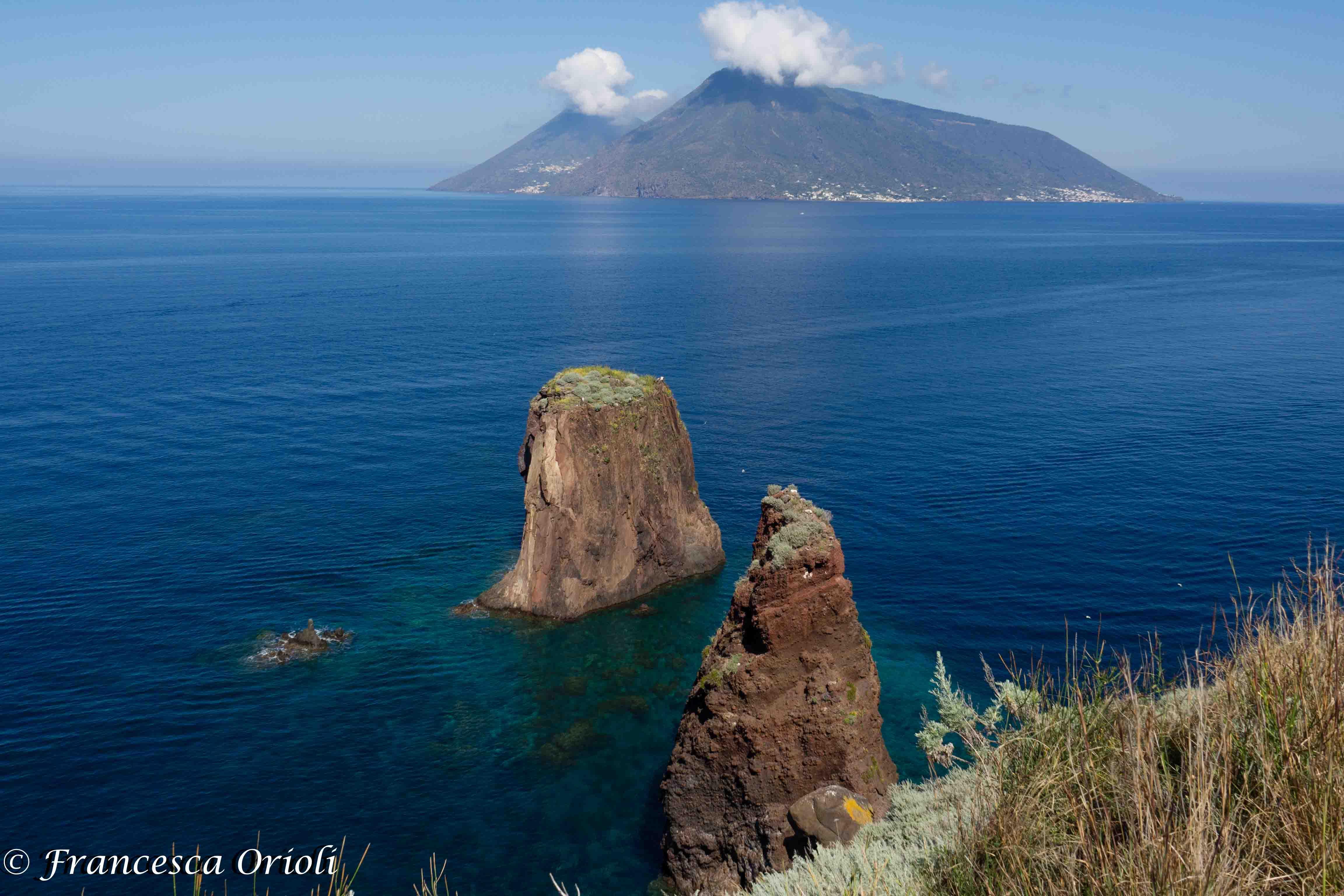 Faraglioni-Lipari-vista-Salina