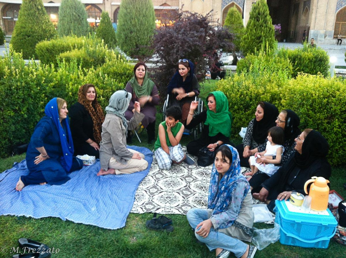 Isfahan-picnic-con-famiglia-iraniana
