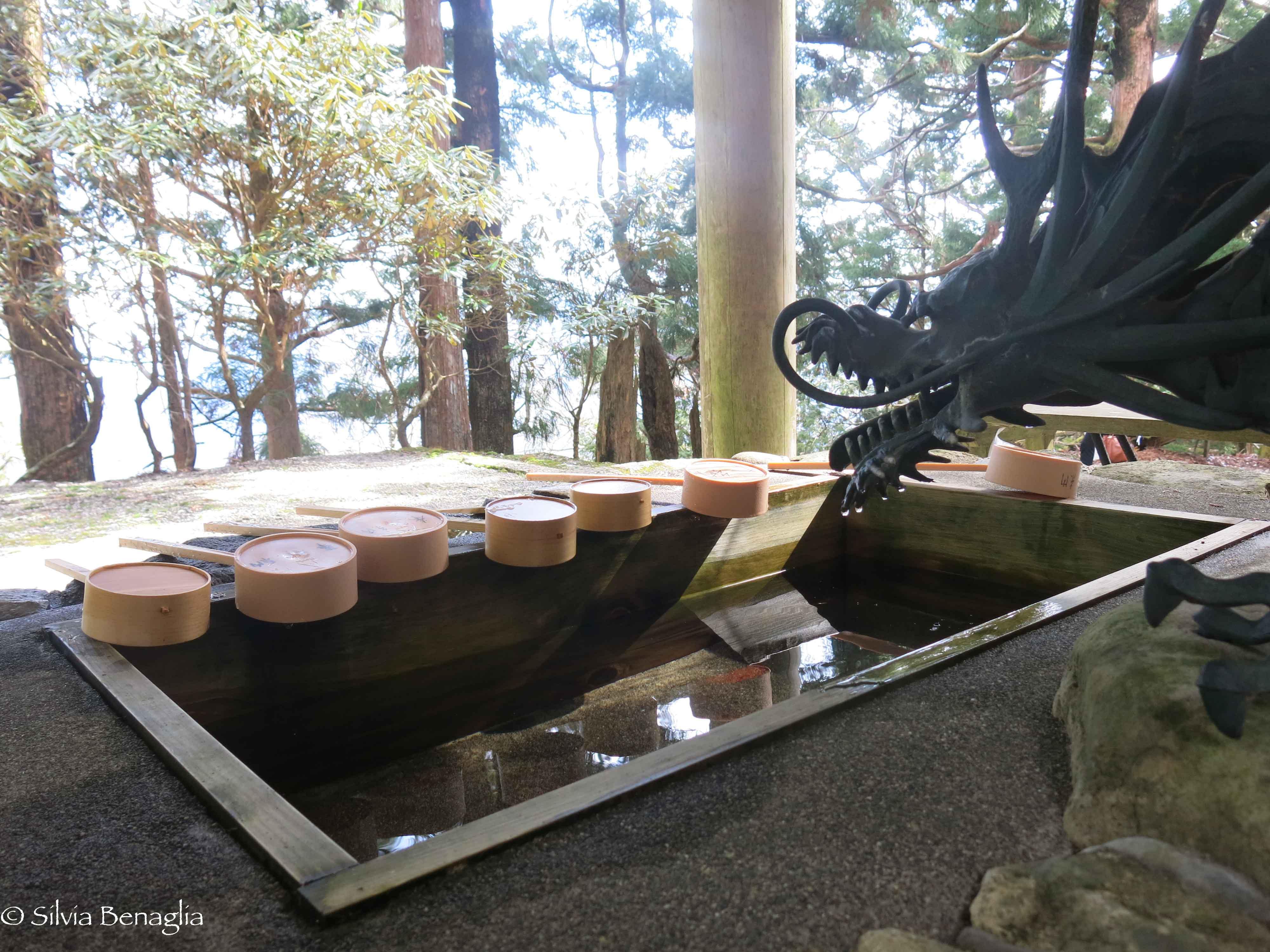 VIgg lavamani presso il tempio Tamaki