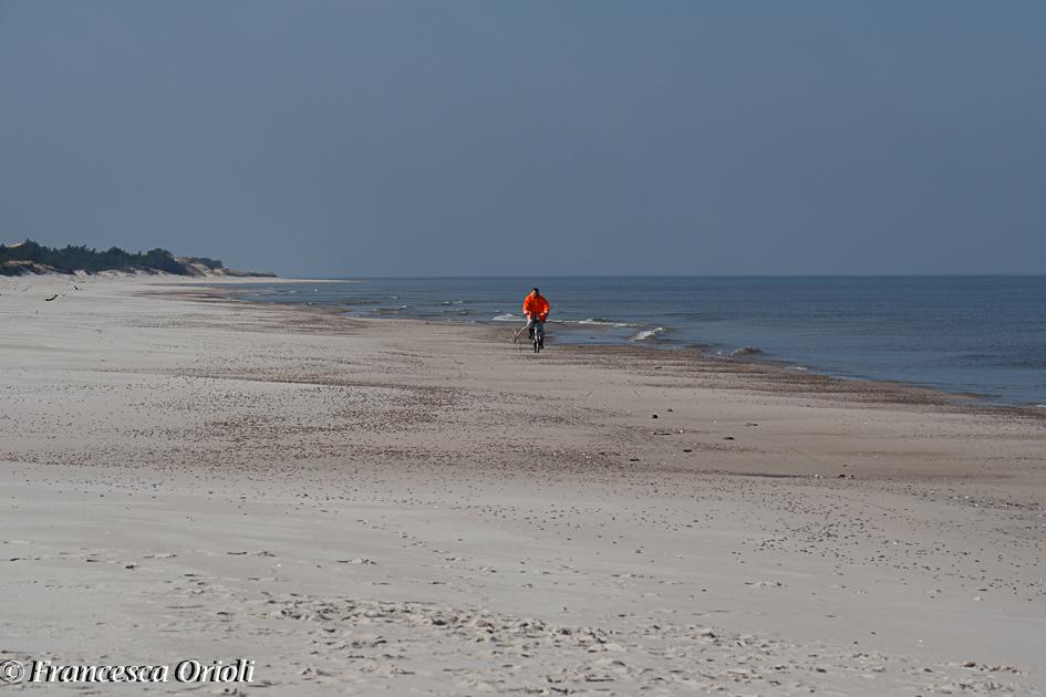 In bici lungo la lingua di sabbia tra il lago e il mare